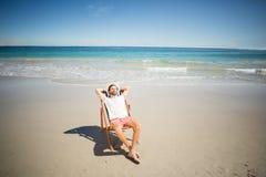 Hombre que se relaja en la butaca Fotografía de archivo libre de regalías