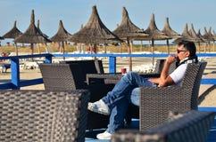 Hombre que se relaja en la butaca al aire libre