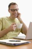 Hombre que se relaja en la computadora portátil - aislada Fotos de archivo libres de regalías