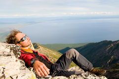 Hombre que se relaja en la tapa de la montaña Fotografía de archivo libre de regalías