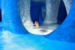 Hombre que se relaja en parque del agua Fotografía de archivo