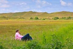 Hombre que se relaja en un prado Foto de archivo libre de regalías