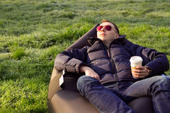 Hombre que se relaja en un sofá inflable Fotos de archivo libres de regalías