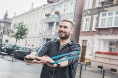 Hombre que se resuelve en la ciudad Régimen sano Imágenes de archivo libres de regalías