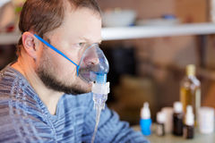 Hombre que se sienta con el nebulizador Foto de archivo libre de regalías