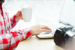 Hombre que se sienta con el ordenador portátil Fotografía de archivo libre de regalías