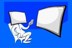 Hombre que se sienta con la cara y la televisión del ordenador Imagen de archivo