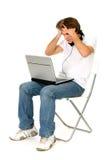 Hombre que se sienta con la computadora portátil Imagen de archivo libre de regalías