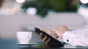 Hombre que se sienta en café almacen de metraje de vídeo