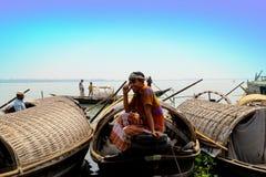 Hombre que se sienta en cubiertas de barco imagen de archivo libre de regalías