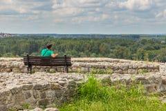 Hombre que se sienta en el banco en la fortaleza de Belgrado en el parque de Kalemegdan, Serbia fotografía de archivo libre de regalías