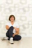 Hombre que se sienta en el suelo Imagen de archivo libre de regalías