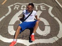 Hombre que se sienta en la calle Fotografía de archivo libre de regalías