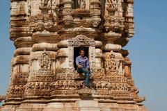 Hombre que se sienta en la entrada de la torre del siglo XII Imágenes de archivo libres de regalías