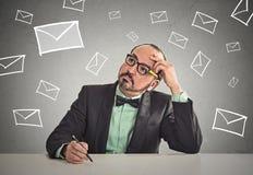 Hombre que se sienta en la letra cambiante de la entrevista de trabajo del correo electrónico de la vida de la tabla que espera p Fotografía de archivo libre de regalías