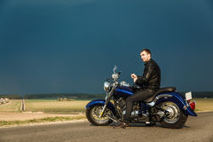 Hombre que se sienta en la motocicleta Imágenes de archivo libres de regalías