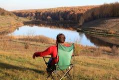 Hombre que se sienta en la silla para el resto Imagenes de archivo