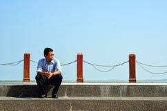 hombre que se sienta en las escaleras de piedra Imagen de archivo