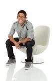 Hombre que se sienta en una silla moderna Imagenes de archivo