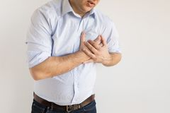 Hombre que se sostiene el pecho en dolor S?ntoma del ataque del coraz?n fotografía de archivo
