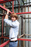 Hombre que se tira para arriba en construcciones del metal Fotos de archivo libres de regalías