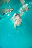 Hombre que se zambulle bajo el agua Imagenes de archivo