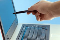 Hombre que señala en la pantalla de la computadora portátil Imagen de archivo