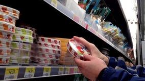 Hombre que selecciona el queso en colmado almacen de video