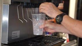 Hombre que selecciona la bebida fresca de la fuente almacen de metraje de vídeo