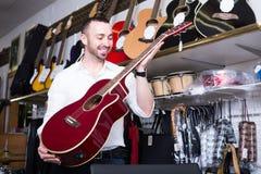 Hombre que selecciona la guitarra clásica Foto de archivo