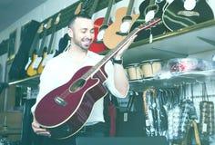 Hombre que selecciona la guitarra clásica Fotos de archivo libres de regalías