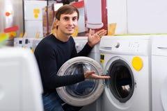 Hombre que selecciona la lavadora Imagen de archivo libre de regalías
