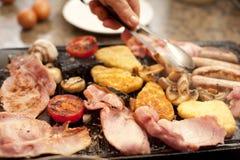 Hombre que sirve un desayuno cocinado caluroso Imagen de archivo libre de regalías