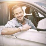 hombre que sonríe en la cámara en un coche imágenes de archivo libres de regalías