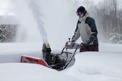 Hombre que sopla de la nieve Foto de archivo libre de regalías