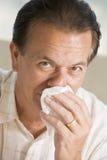 Hombre que sopla su nariz fotografía de archivo libre de regalías