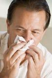 Hombre que sopla su nariz foto de archivo libre de regalías