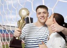 Hombre que soporta una taza del trofeo del oro como ganador imágenes de archivo libres de regalías