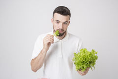 Hombre que sostiene ascendente cercano de las ensaladas Concepto Superfoods Fotografía de archivo