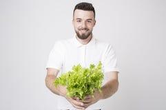 Hombre que sostiene ascendente cercano de las ensaladas Concepto Superfoods Fotos de archivo libres de regalías