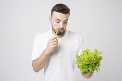 Hombre que sostiene ascendente cercano de las ensaladas Concepto Superfoods Imagen de archivo libre de regalías