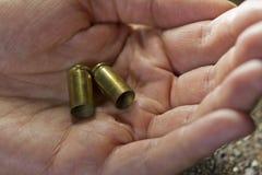 Hombre que sostiene balas disponibles Imagen de archivo libre de regalías