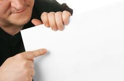 Hombre que sostiene el cardbo en blanco blanco imagenes de archivo
