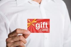 Hombre que sostiene el carte cadeaux fotografía de archivo libre de regalías