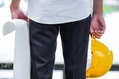 Hombre que sostiene el casco amarillo Imagenes de archivo
