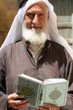 Hombre que sostiene el Corán en Jordania imagenes de archivo