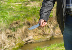 Hombre que sostiene el cuchillo hecho a sí mismo Imagen de archivo libre de regalías