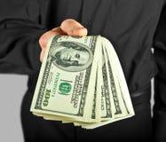 Hombre que sostiene el dinero en manos Foto de archivo libre de regalías