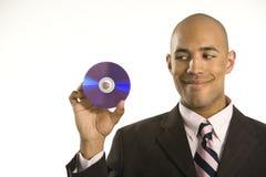 Hombre que sostiene el disco compacto. Foto de archivo