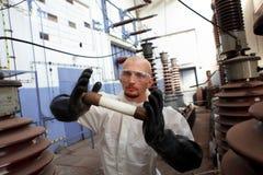 Hombre que sostiene el fusible industrial Imágenes de archivo libres de regalías